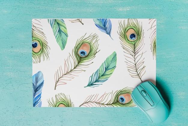 Mockup de papel con dibujo de plumas de pavo real
