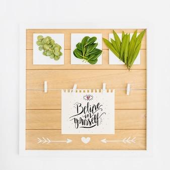 Mockup de papel con hojas tropicales