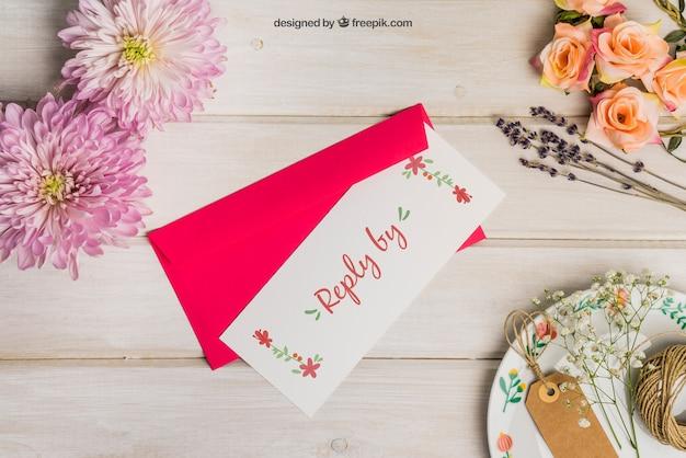 Mockup de papelería para boda con sobre rojo