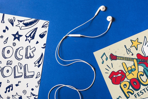 Mockup de papeles con auriculares en medio