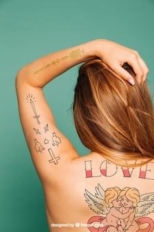 Mockup per l'arte del tatuaggio sul retro