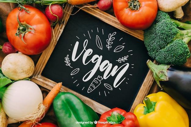 Mockup de pizarra con diseño de verduras