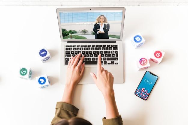 Mockup de portátil con concepto de redes sociales