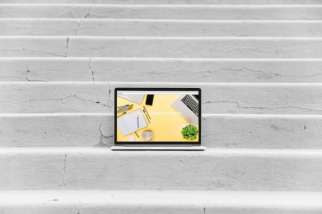Mockup de portátil en escaleras