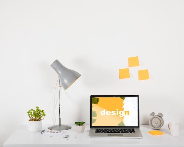 Mockup de portátil en escritorio con elementos