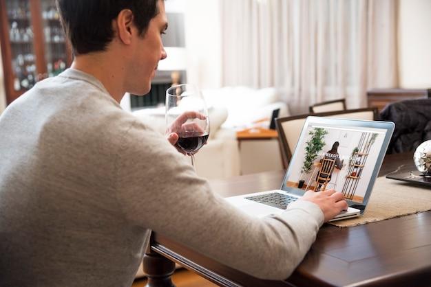 Mockup de portátil con hombre trabajando en casa