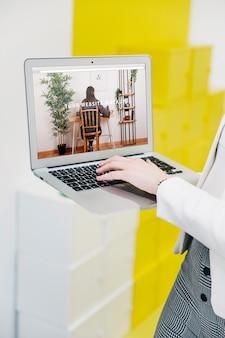 Mockup de portátil con mujer de negocios