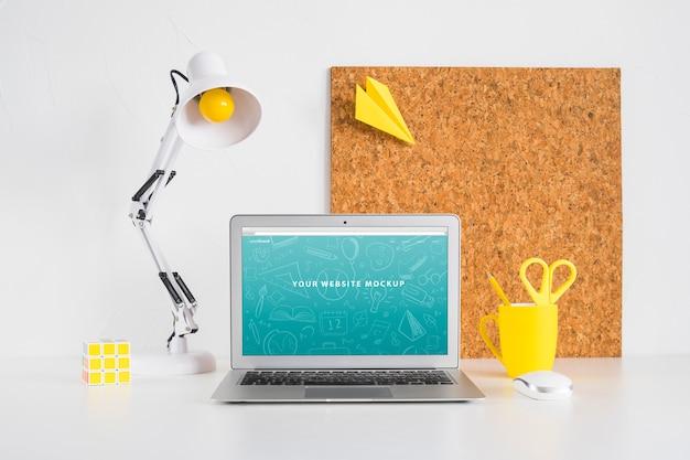 Mockup de portátil para presentación de página web con concepto de vuelta al cole
