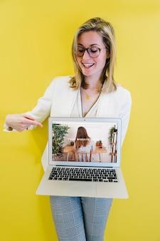 Mockup portatile con imprenditrice