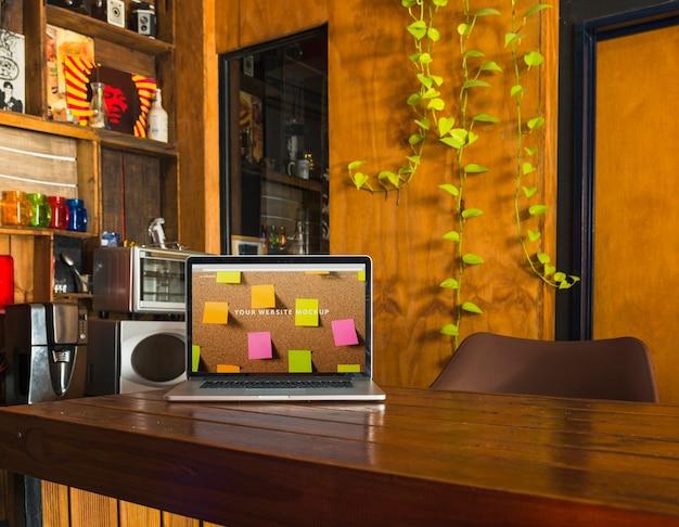 Mockup portatile sul tavolo di legno