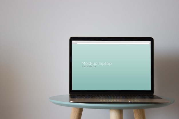 Mockup portatile sul tavolo rotondo