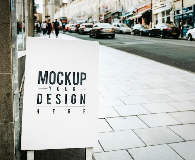 Mockup-poster aan de buitenkant van een winkel