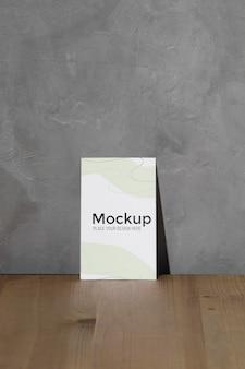 Mockup poster leunend op de muur