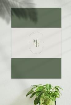 Mockup poster nel muro con l'ombra del sole splendere.