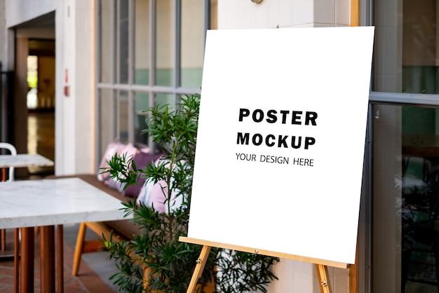 Mockup poster promozione speciale messo davanti al ristorante