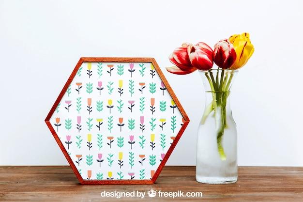 Mockup de primavera con marco hexagonal y jarrón de flores