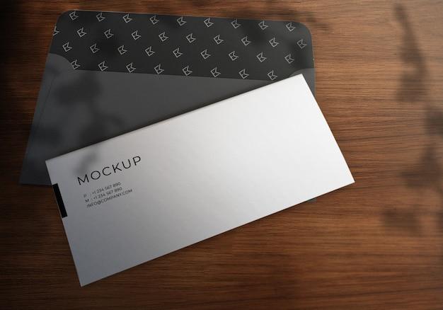 Mockup realistico di busta e carta intestata