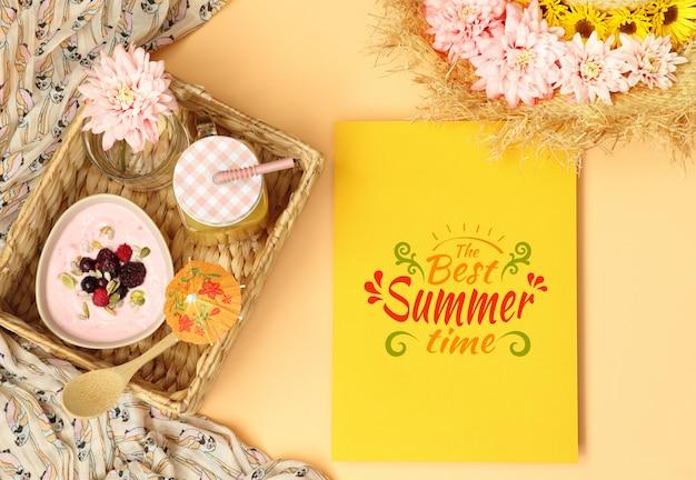 Mockup sjabloon met strooien hoed en zomer ontbijt