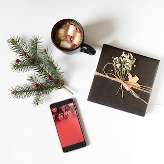 Mockup de smartphone con composición de navidad