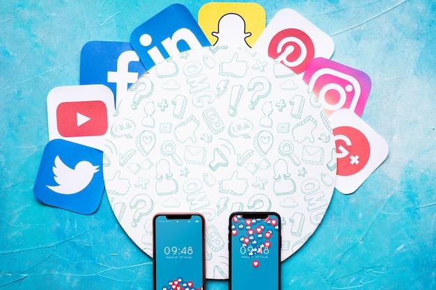 Mockup de smartphone con concepto de redes sociales