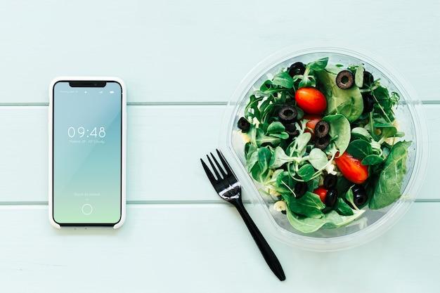 Mockup de smartphone con ensalada