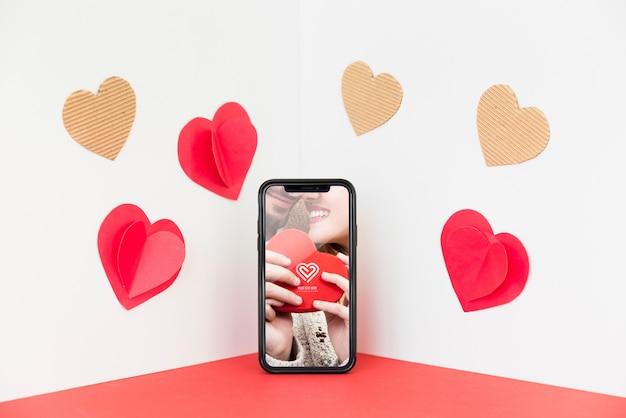 Mockup de smartphone en rincón con concepto de san valentin