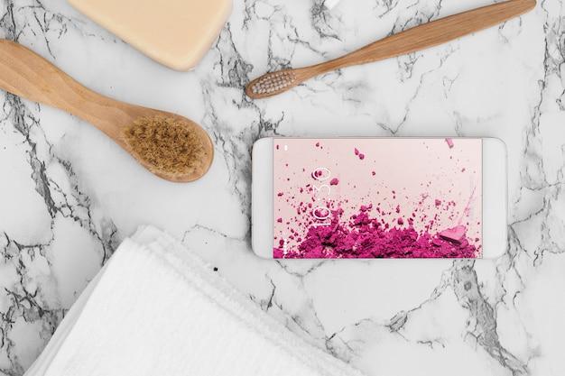 Mockup de smartphone sobre textura de mármol