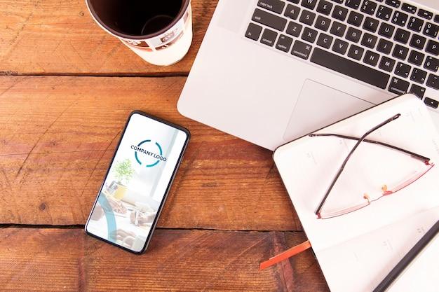 Mockup de smartphone con teclado de portátil