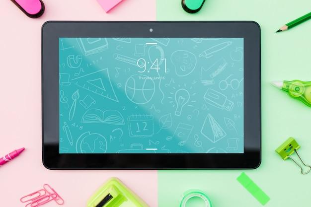 Mockup de tablet con concepto de vuelta al cole