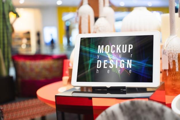 Mockup-tablet op tafel voor uw advertentie-artwork.