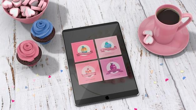 Mockup de tableta con cupcakes