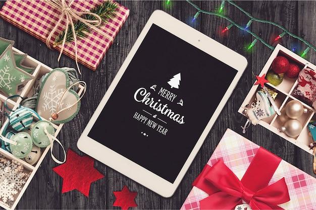 Mockup de tableta y elementos de navidad