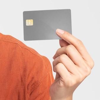 Mockup de tarjeta de crédito psd presentado por una mujer.