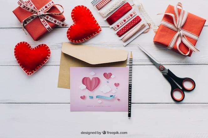 Mockup de tarjeta y elementos de san valentín