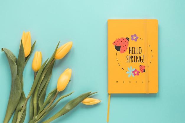 Mockup de tarjeta flat lay para primavera