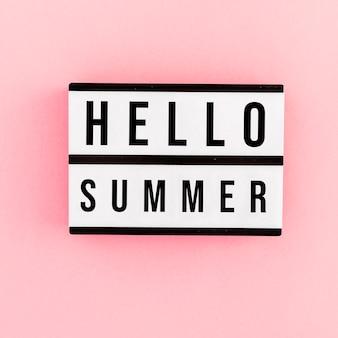 Mockup de tarjeta de hello summer sobre fondo rosa