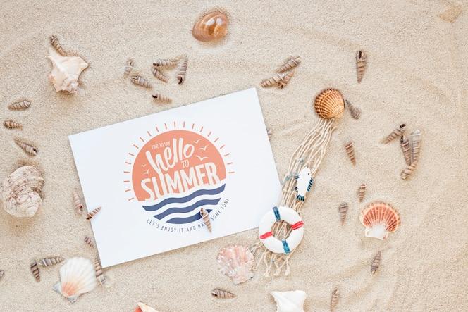 Mockup de tarjeta o papel flat lay con elementos de verano