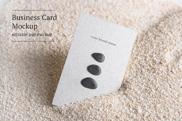 Mockup de tarjeta de visita mínima psd con piedras zen en concepto de bienestar