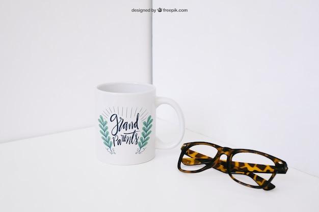 Mockup de taza de café y gafas