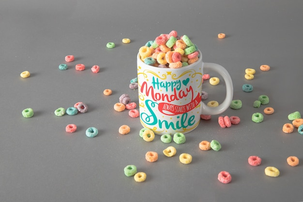 Mockup de taza con cereales coloridos