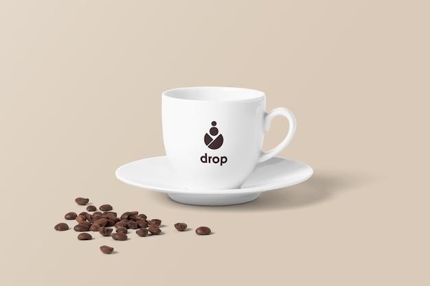 Mockup tazza di caffè con fagioli