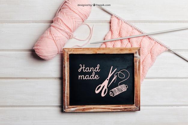 Mockup de tejar con lana rosa
