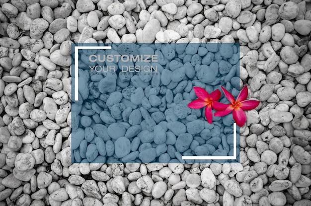 Mockup tekstvak op bloem op rotstuin