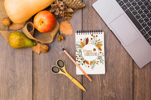 Mockup de thanksgiving con libreta