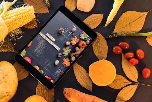 Mockup de thanksgiving con tableta