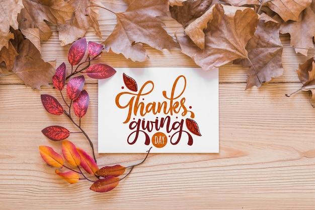 Mockup de thanksgiving con tarjeta de felicitación