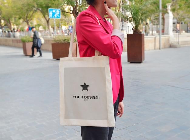 Mockup tote bag - donna per strada