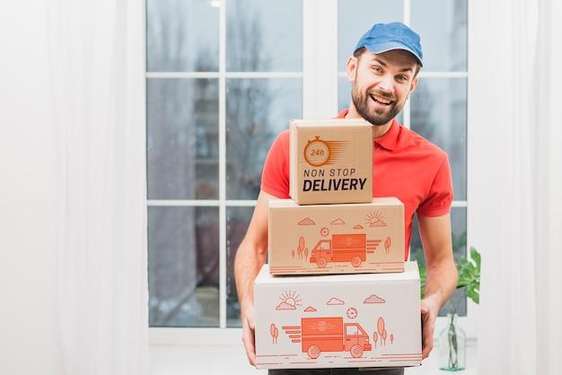 Mockup de transporte con hombre sujetando cajas