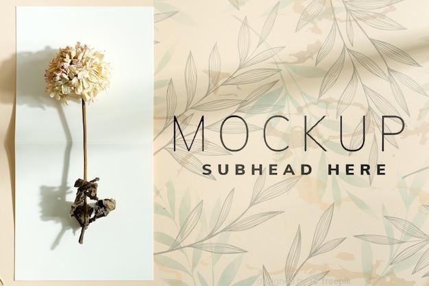 Mockup uitnodigingskaart met droge bloem