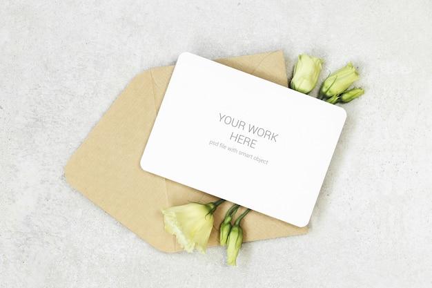 Mockup uitnodigingskaart met envelop